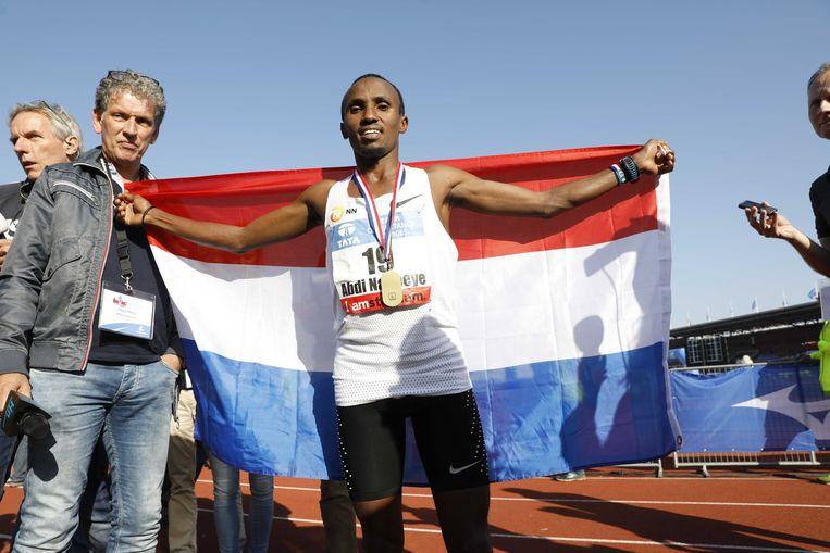 Abdi Nageeye gaat als eerste Nederlander de finish over van de Amsterdam Marathon 2017. De 28-jarige atleet heeft zijn gewenste Nederlands record op de marathon binnen. Beeld ANP