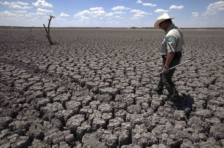 Een boer in Texas bekijkt in 2011 de droogte