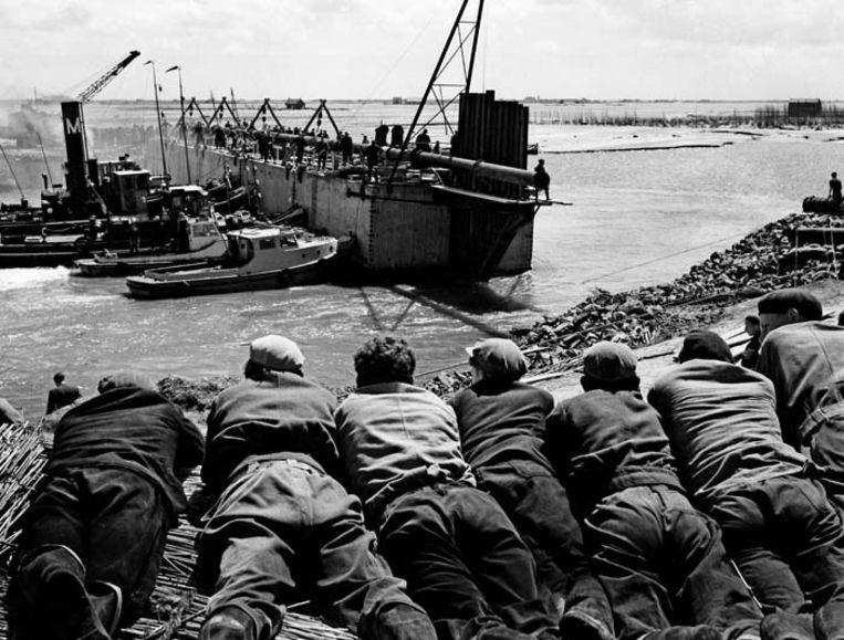 De sluiting van het dijkgat bij Stevensluis op Schouwen Duiveland, 1953. © ANP Beeld