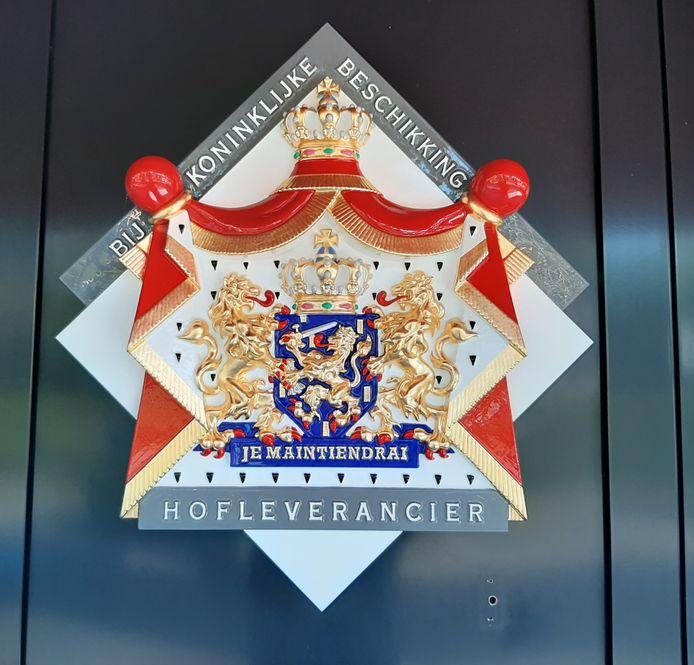 Holland Foodz in Oosterhout krijgt vrijdag het predicaat hofleverancier. De bordjes zitten al op het pand.