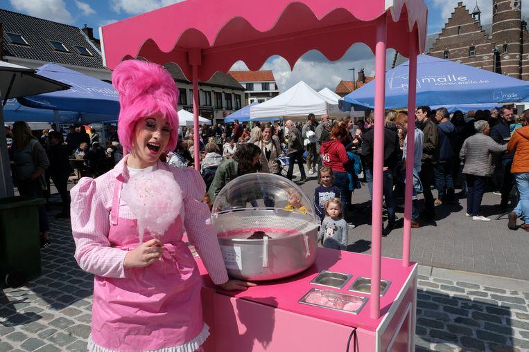 Oostmalle viert zijn vernieuwde dorpsplein met een pak animatie. Kinderen konden smullen van een suikerspin.