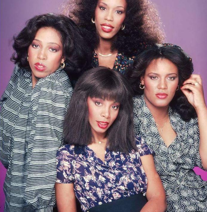 Donna Summer (onder midden) met haar zussen. Linda is de bovenste.