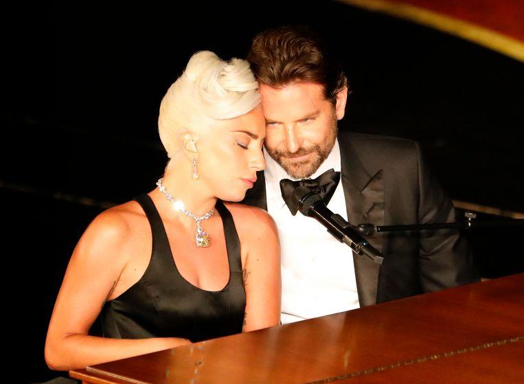 Lady Gaga en Bradley Cooper tijdens hun optreden op de Oscars.
