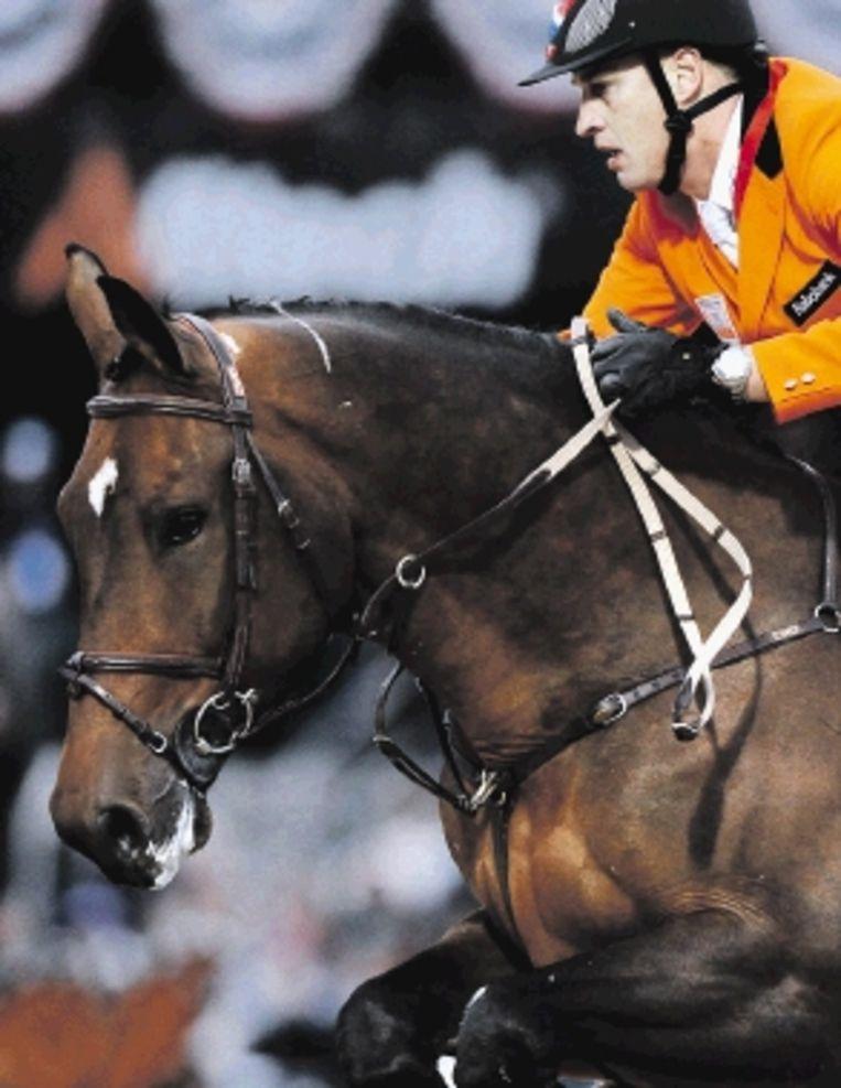 De Nederlandse springruiter Marc Houtzager, met zijn paard Hbc Tamino, tijdens het WK in Lexington. ( FOTO EPA) Beeld EPA