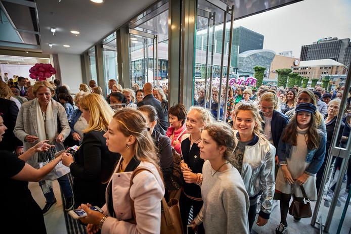 Drukte bij de opening van Hudson's Bay in Rotterdam, begin september.