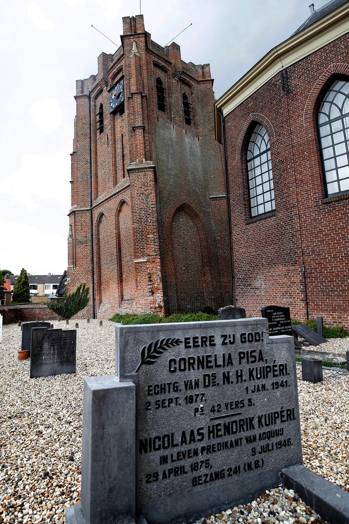 Bij de laatste meting stond de 'Betuwse toren van Pisa' 1,15 meter uit het lood. Aan de voet van de toren ligt het kerkhof. Daar is Cornelia Pisa begraven.