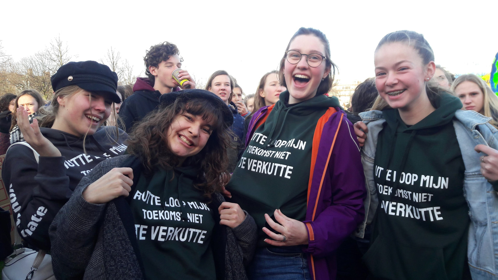 Lieve, Fiona, Madelein en Linda uit Zaandam zijn van plan de trui nog vaker te dragen.