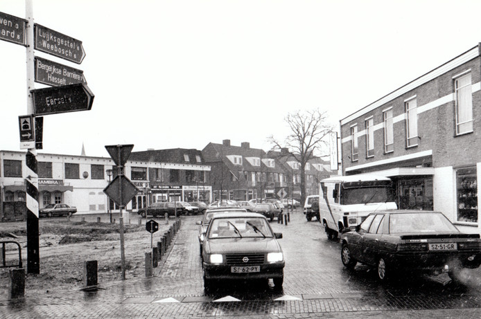 Het Hof in Bergeijk in februari 1988, met links op het foto nog een lege plek. Later zou daar het pand van het huidige hotel/eetcafe Eddies verrijzen.