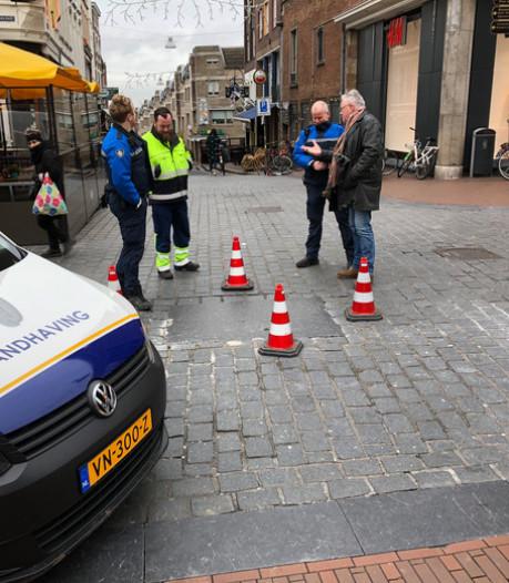 Blauwe Steen vastgelijmd, bussen rijden weer door Burchtstraat