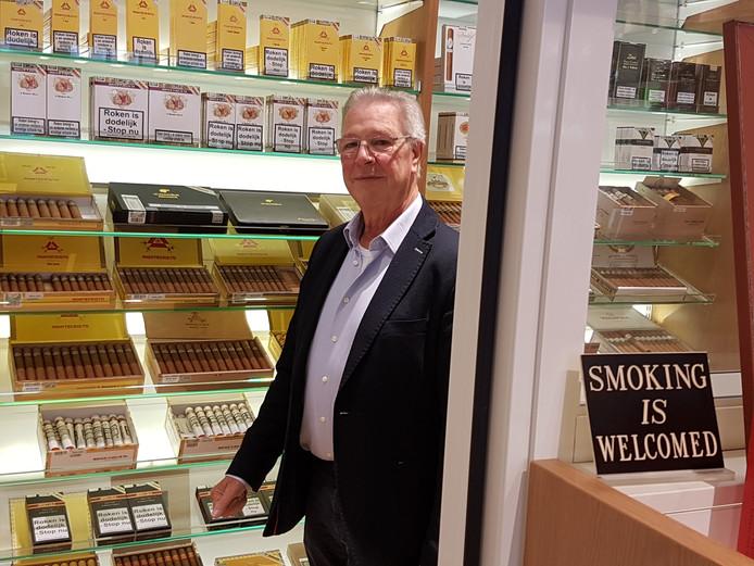 Meer dan 50 jaar voorziet Jac Schenk (50) Bredanaren van een rokertje.