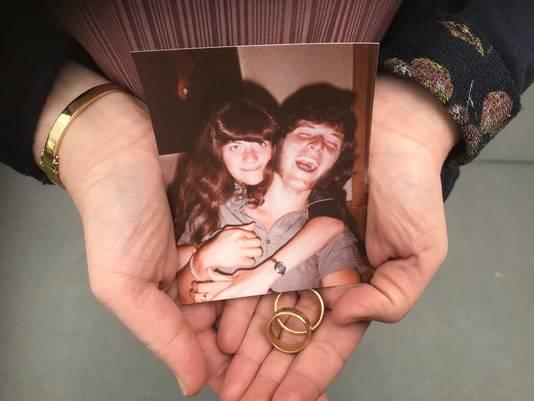 De dochter van de in 1992 vermiste Theo van den Oetelaar (33) en diens 7 jaar later gestorven ex-vrouw bewaart hun trouwringen en een foto als dierbaar aandenken.