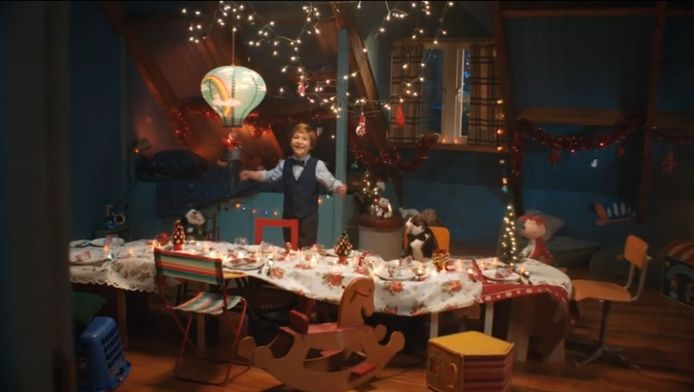 Tommie heeft een verrassing in petto voor zijn ouders in de commercial van Albert Heijn.