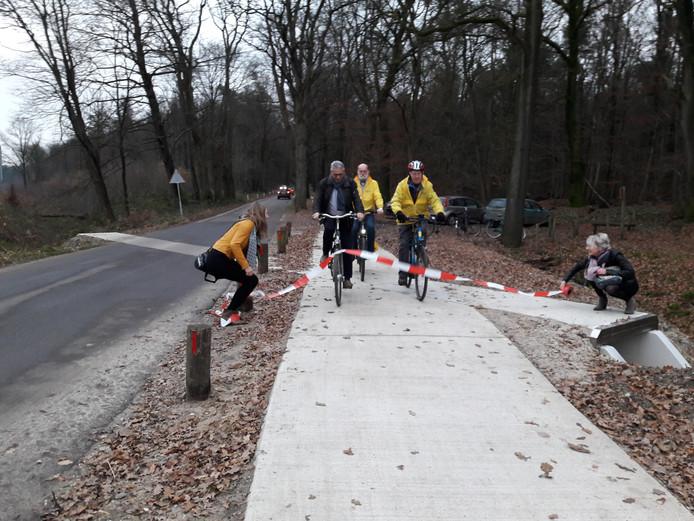 Het fietspad wordt geopend.  Foto Joop Verstraaten