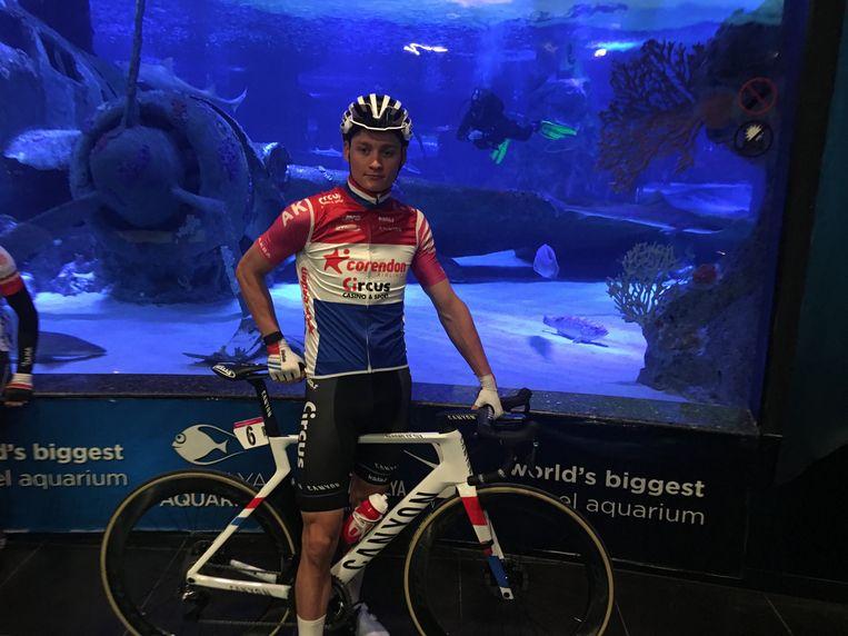 """""""Dit is wel een aparte plaats om de startlijst te komen tekenen, ja."""" Op dag twee moest Van der Poel zich voor de start aanmelden in het aquarium van Antalya om zijn krabbel op het startbord te zetten. Daarna reed hij nog door een aquariumtunnel naar de start:"""
