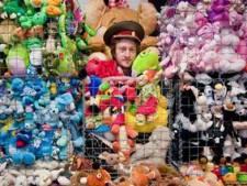 Winkel van rasverzamelaar en kunstenaar Pet: duizenden playmobilpoppetjes, cd's en petten