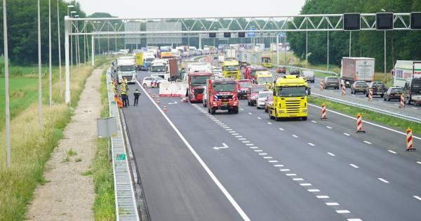 Dode bij ernstig ongeluk op A1; bedrijfsbusje botst op vrachtwagen.