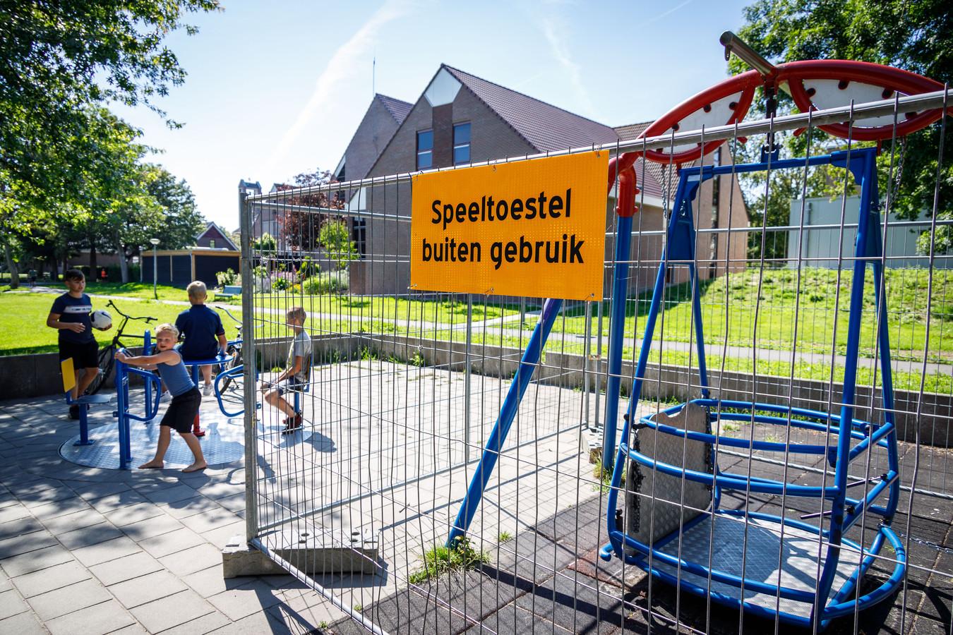De rolstoelschommel in het Wilhelminapark op Urk is buiten gebruik nadat een jongen vorige week zijn been heeft gebroken.