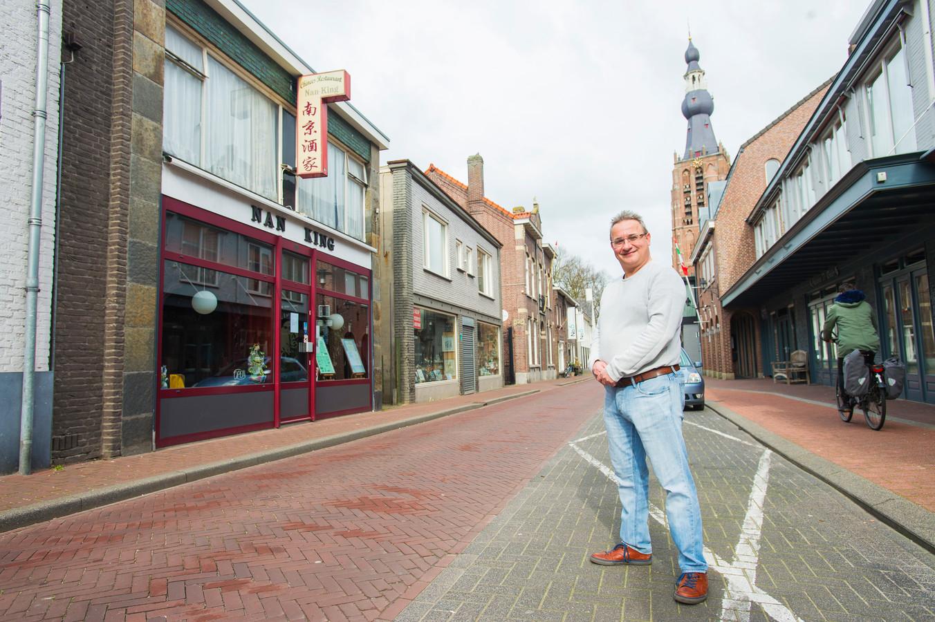 Dave Verheggen en twee buren wachten al ruim vijf jaar op groen licht voor een bouwplan aan de Gelderstraat. Het pand rechts naast het Chinees restaurant is van de familie Verheggen.