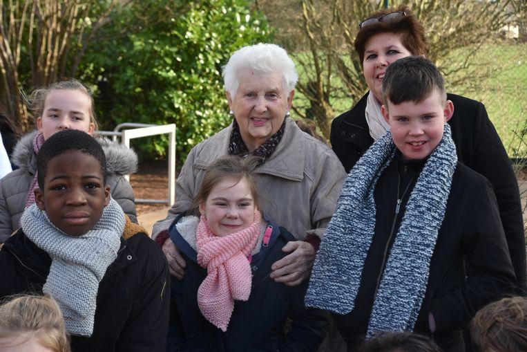 Rachel Bogaert (87) zorgde voor dikke sjaals op Dikke Truien Dag voor alle leerlingen van De Meiroos.