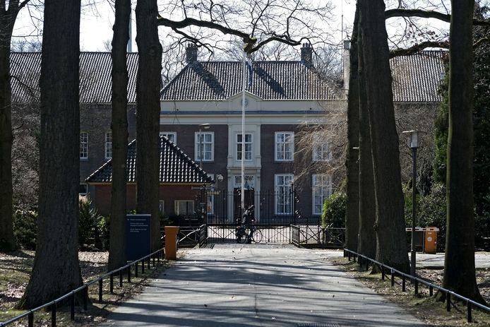 De hoofdingang van De Kruisberg. Het zogenaamde H-gebouw ligt aan de rechterzijde. Archieffoto: jan van den Brink.