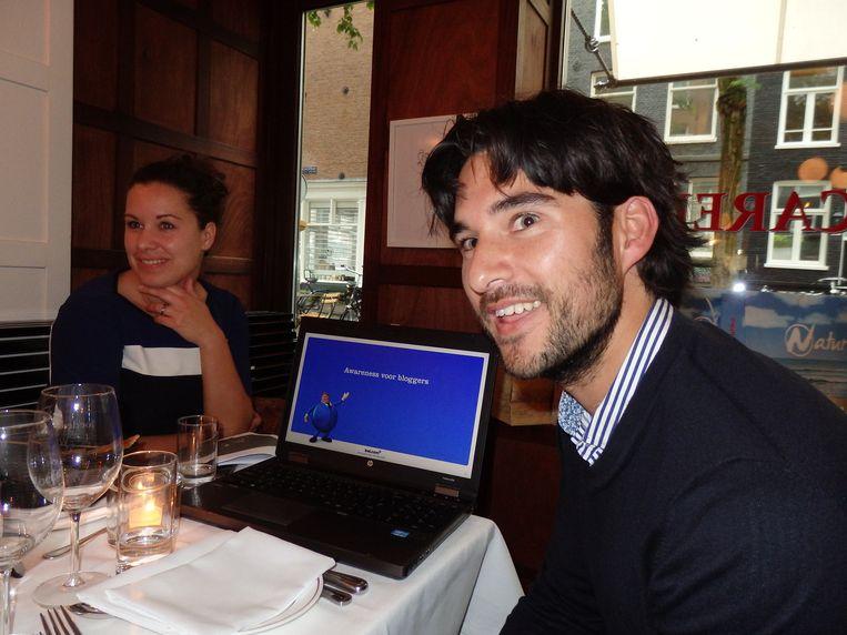 Marjolein Verkerk en Wesley Butot, beiden van Bol.com, demonstreren hoe met een blog geld te verdienen is. Beeld Schuim
