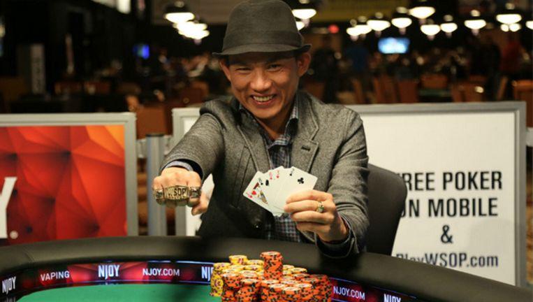 Christian Pham poseert met zijn winnende hand.