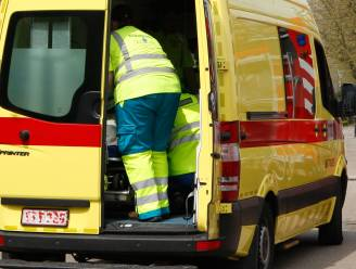 Bromfietser die in de remmen gaat aan aanrijding te vermijden komt ten val; dame naar ziekenhuis