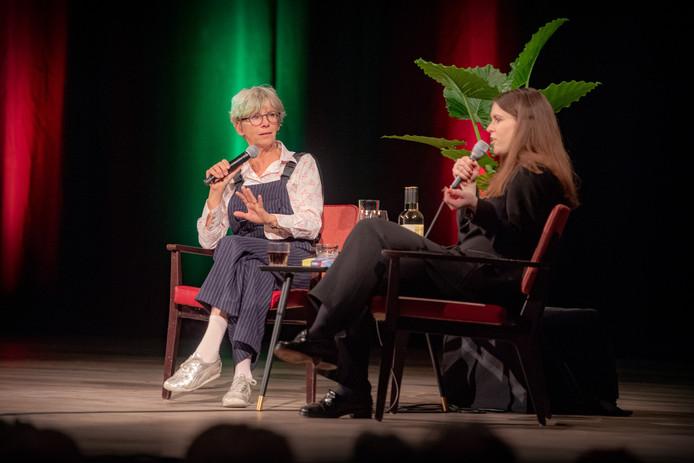 Schrijfster Francine Oomen (links) wordt geïnterviewd door Alma Mathijssen tijdens het Boekenfeest.