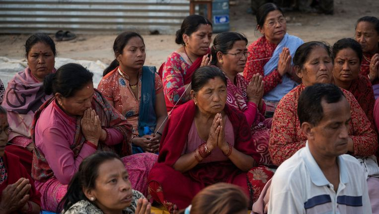 Familie van aardbevingsslachtoffers tijdens een Boedhistische ceremonie ter nagedachtenis aan hun geliefden in Bhaktapur, bij Kathmandu. Beeld getty