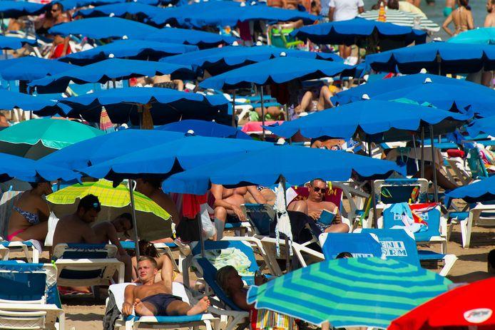 Miljoenen toeristen bezoeken Spanje elk jaar. Hier liggen zonaanbidders op het strand van Benidorm in juli 2019.