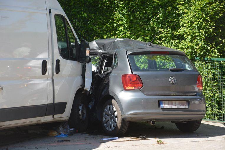 De bestelwagen knalde tegen de flank van de auto.