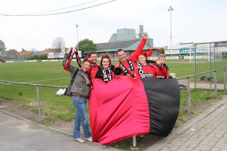 Winkel Sport-supporters Dorine Vermeeren, Bono Deleu, Delphine en Gilbert Dupont , Axel Roels en Arno Dutry zijn helemaal klaar voor de match van morgen.