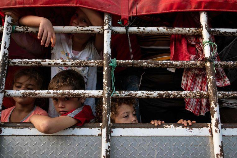 Hondurese migrantenkinderen op weg naar de VS zitten in een vrachtwagen in zuid-Mexico.