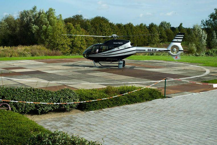 Een helikopter maakt zich klaar voor vertrek aan de helihaven van AED Studios.