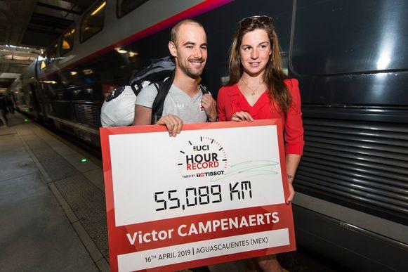 Victor Campenaerts en Fanny Lecluyse na Victors stunt, waarbij hij het werelduurrecord op zijn naam zette in Mexico.