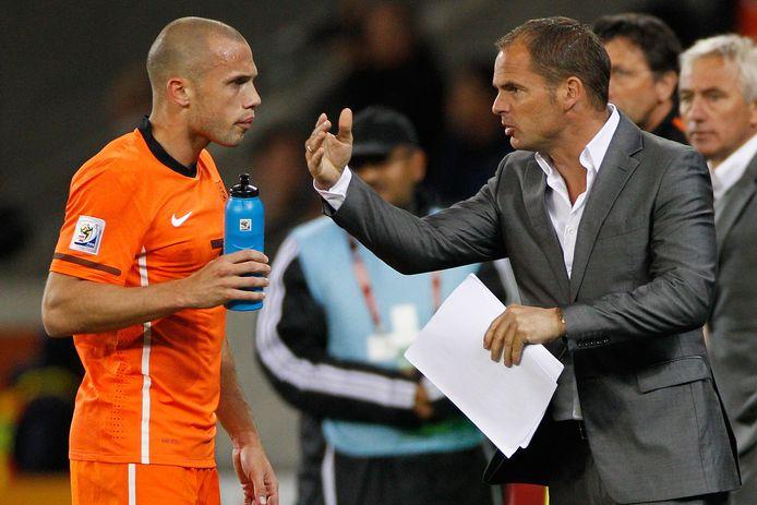 Frank de Boer was tijdens het WK 2010 assistent van bondscoach Bert van Marwijk. Hier geeft hij John Heitinga instructies.