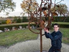 Glazen blaadjes voor overleden kinderen; Jori (17) maakt boom voor begraafplaats Budel