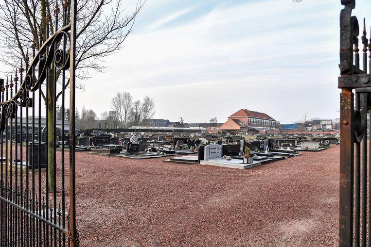 Het kerkhof zal er over afzienbare tijd een pak groener uitzien. Het rond grind op de tussenpaden verdwijnt en wordt gazon.