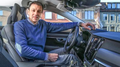 Rij-instructeur naar school om dochter te leren rijden