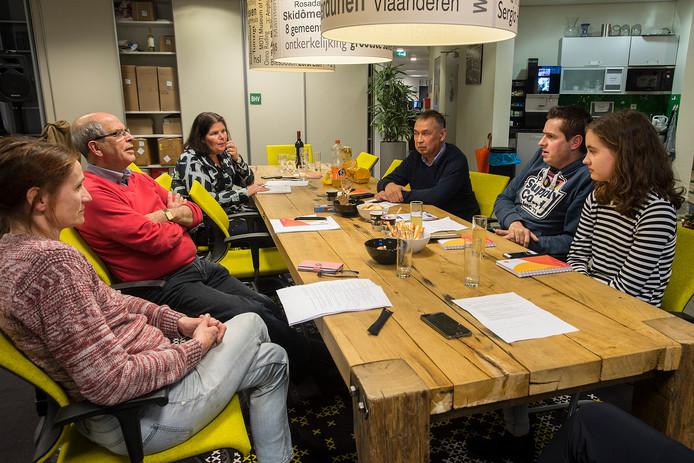 Vijf Etten-Leurenaren op de redactievloer van BN DeStem in Etten-Leur in discussie over verkiezingsthema's. Vlnr.: Marjan Verweij, Harrie Dirkx, Sanne Schelfaut (verslaggever), George Koster, Jacques Lardenoy en Nikita van Dieen.
