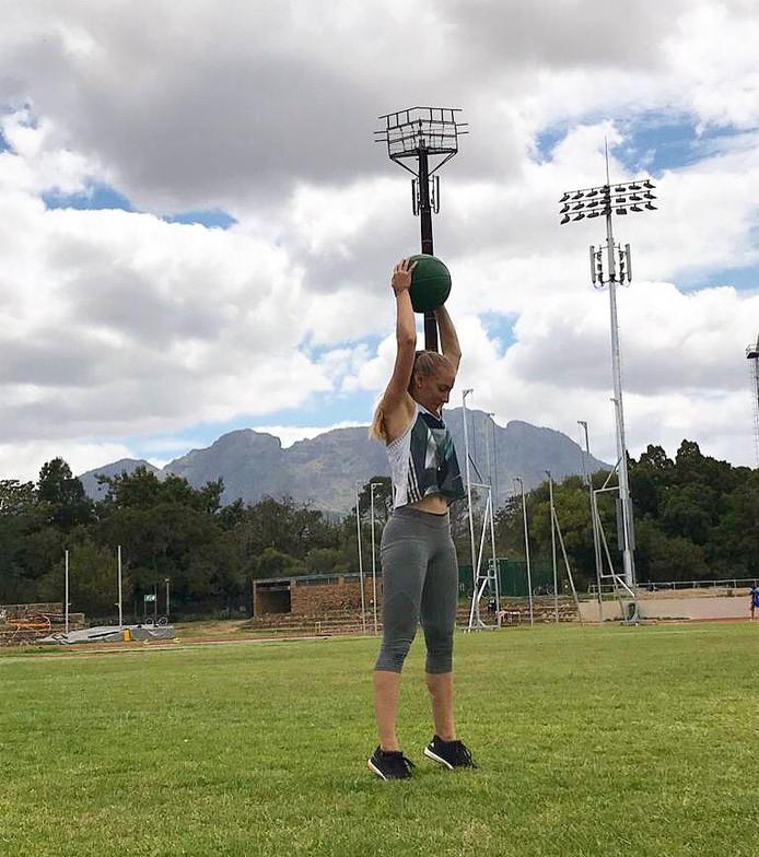 Eefje Boons werkt aan kracht tijdens het trainingskamp in Zuid-Afrika.