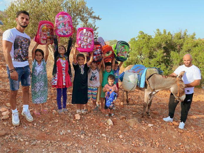 Utrechter Karim (33) is een ware held in Marokko, waar hij dagelijks 150 gevulde schooltassen uitdeelt.
