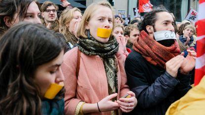 """1.500 boze kunstenaars betogen aan Vlaams parlement: """"Jambon heeft geen idee hoe cultuursector werkt"""""""