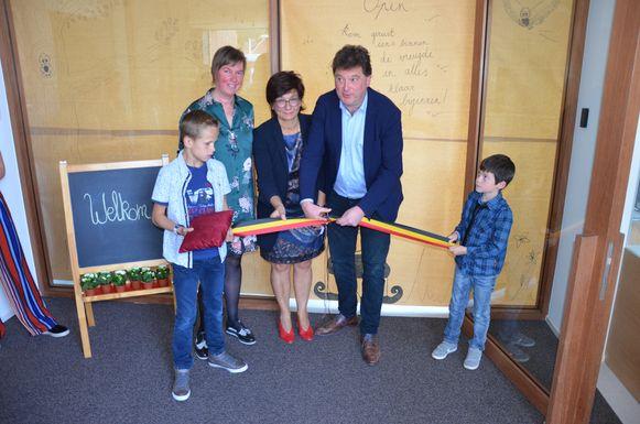 Kobe (10) en Leon (6) mogen het lintje vasthouden dat burgemeester Anthuenis openknipt om het nieuwe gebouw in te huldigen.