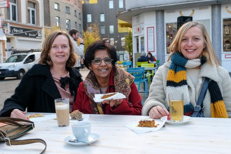 Siska Devloo (links) en enkele vriendinnen komen meefeesten en proeven van allerlei lekkers.