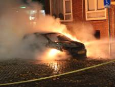 Auto gaat in vlammen op aan de B.H. Heldtlaan