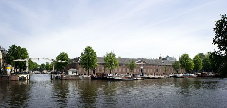 Aan de Amstel worden meerdere niet-officiële zwemplekken gecreëerd. Beeld ANP