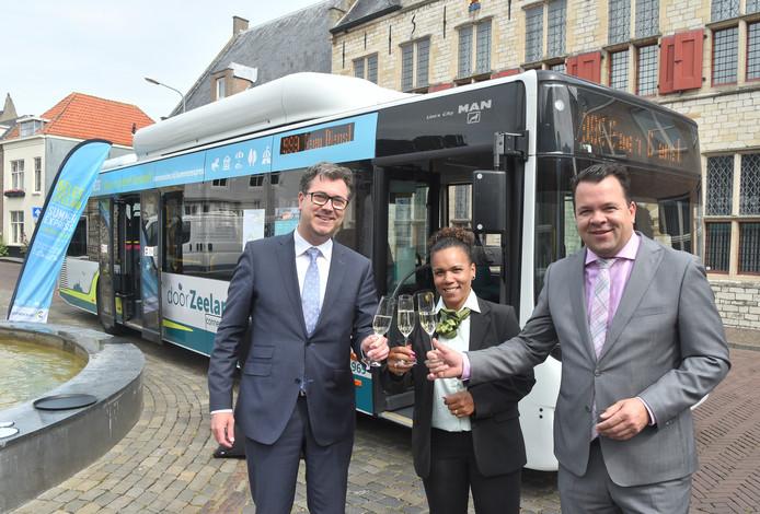 Van links naar rechts: gedeputeerde Harry van der Maas, buschauffeur Maria Duiker en regiomanager Michiel Bijleveld van Connexxion