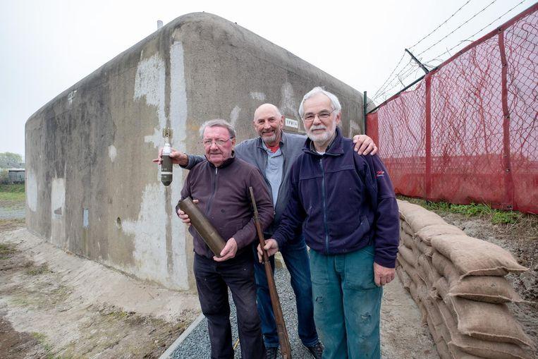 Frans Janssens, Rene Ceulemans en Luc Van Acoleyen bij de bunker.
