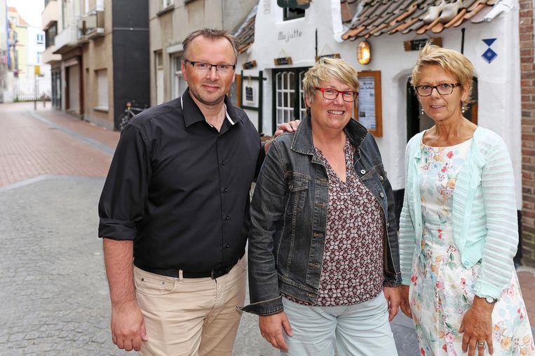 vlnr: Sandy Buysschaert, Lena Beernaert en Brigitte Monbaliu van CD&V2030 aan het Huisje van Majutte.